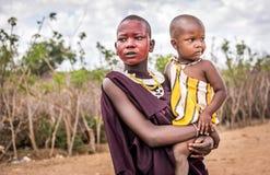 Afrikanerinnen, die traditionelle Kleidung im Masaistamm tragen lizenzfreie stockfotos