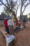 Afrikanerinnen, die um Feuer kochen Stockfotografie