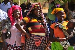 Afrikanerinnen, die zur Abstimmung in der Linie warten stockfotografie
