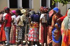Afrikanerinnen, die zur Abstimmung in der Linie warten stockbild
