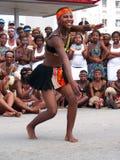 afrikanfolkmassadansare underhåller ironman Arkivfoton