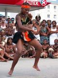 afrikanfolkmassadansare underhåller ironman Royaltyfri Bild