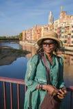 Afrikanische Dame, die auf einer Brücke sich lehnt Stockfoto