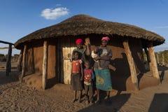 Afrikanische Familie außerhalb ihres Gehöfts Lizenzfreie Stockbilder