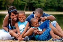 Afrikanische Familie, die Spaß hat Stockbilder