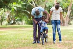 Afrikanische Familie draußen stockfotos