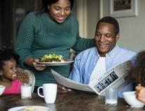 Afrikanische Familie, welche die schöne Zeit zusammen hat stockfoto