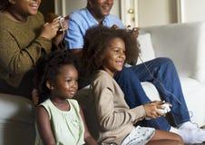 Afrikanische Familie, welche die schöne Zeit zusammen hat stockfotos