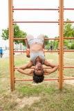 Afrikanische Frau des jungen Athleten, die SitzenUPS tut Stockbild