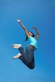 Afrikanische Frau, die hoch springt Lizenzfreies Stockfoto