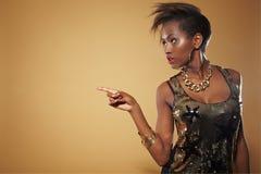 Afrikanische Frau, die mit dem Finger zeigt stockbilder
