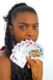 Afrikanische Frau, die mit Karten spielt Lizenzfreie Stockfotos