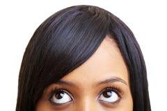 Afrikanische Frau, die oben schaut Stockfotos