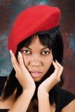 Afrikanische Frau im roten Barett lizenzfreies stockbild