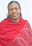 Afrikanische Frau im roten gekopierten Schal. Lizenzfreie Stockbilder