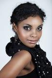 Afrikanische Frau mit dem lockigen Haar Stockfotos