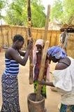 AFRIKANISCHE Frauen bei der Arbeit, die Nahrung zubereitet stockfoto