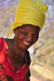 Afrikanische Frauen des Portraits, die mit gelbem Turban lachen lizenzfreie stockfotos