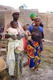 Afrikanische Frauen mit Kindern stockfotos