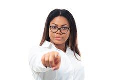 Afrikanische Geschäftsfrau, die auf Kamera zeigt Stockfoto