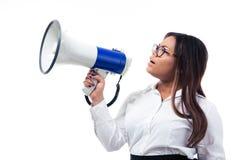 Afrikanische Geschäftsfrau, die im Megaphon schreit Lizenzfreies Stockfoto