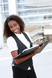 Afrikanische Geschäftsfrau mit Mappe lizenzfreie stockfotos