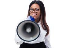Afrikanische Geschäftsfrau, die im Megaphon schreit Stockbilder