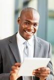 Afrikanische Geschäftsmanntablette Stockbild