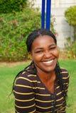 Afrikanische glückliche lächelnde Frau Stockfotografie