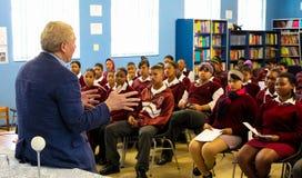 Afrikanische High School Kinder und Lehrer in der Klassenzimmer-Lektion stockbild