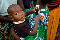 Afrikanische Kind-Holding-Medizin Stockfoto