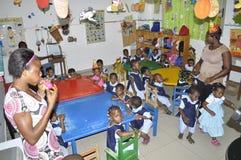 AFRIKANISCHE KINDER IN DER KLASSE lizenzfreies stockfoto