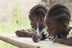 Afrikanische Kinder in der Schule, die Hausarbeit tun Afrikanisches Ethnie stu Stockfotografie