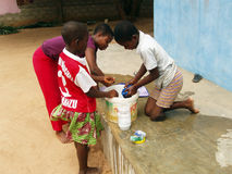 Afrikanische Kinder, die Kleidung waschen Stockfoto