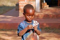 Afrikanische Kinder, die unter AIDS-Virus im Dorf von Pom leiden Lizenzfreie Stockbilder