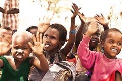 Afrikanische Kinder mit den Händen oben Stockbild