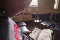 Afrikanische Kinderlesung Stockfotos