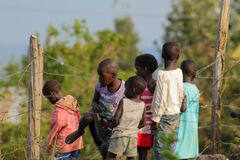 Afrikanische kleine Kinder, die nahen Zaun stehen Stockbild
