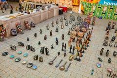 Afrikanische Kuriositäten im Verkauf auf Soweto-Gemeindestraße Stockbilder