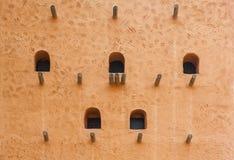 Afrikanische Lehmziegelmauerstruktur mit Strahlen und Fenstern Lizenzfreie Stockbilder