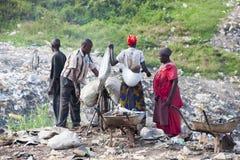 Afrikanische Leute, die Wertstoffe vom Abfall sammeln lizenzfreies stockfoto