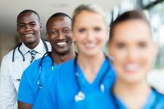 Afrikanische männliche Doktorstellung lizenzfreie stockbilder