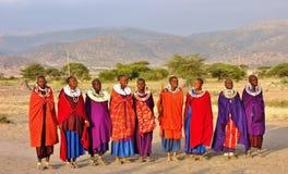 Afrikanische Masaileute kleideten in der traditionellen Kleidung um Arusha, Tansania an stockbild