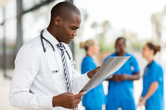 Afrikanische medizinische Arbeitskraft lizenzfreie stockbilder