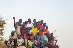 Afrikanische Menge, die ein Fußballspiel aufpasst Stockfoto