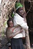 Afrikanische Mutter mit nettem Schätzchen lizenzfreies stockbild