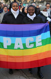 Afrikanische Nonnen Friedens-Märzes zwei mit Flagge mit dem Wort SCHREITEN Frieden Lizenzfreie Stockfotografie