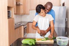 Afrikanische Paare, die Küche kochen lizenzfreie stockbilder