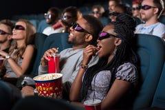 Afrikanische Paare am Kino lizenzfreie stockfotografie
