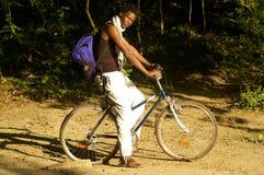 Afrikanische Schönheit auf einem Fahrrad Stockbild